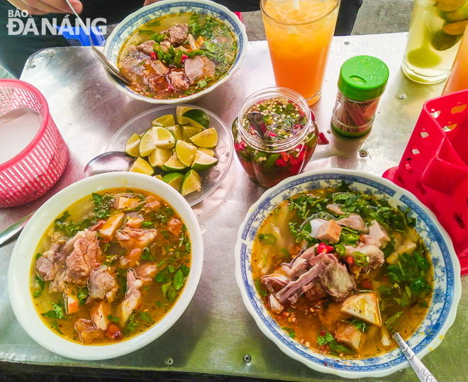 Mouth-watering bowls of 'banh canh' are ready to be served