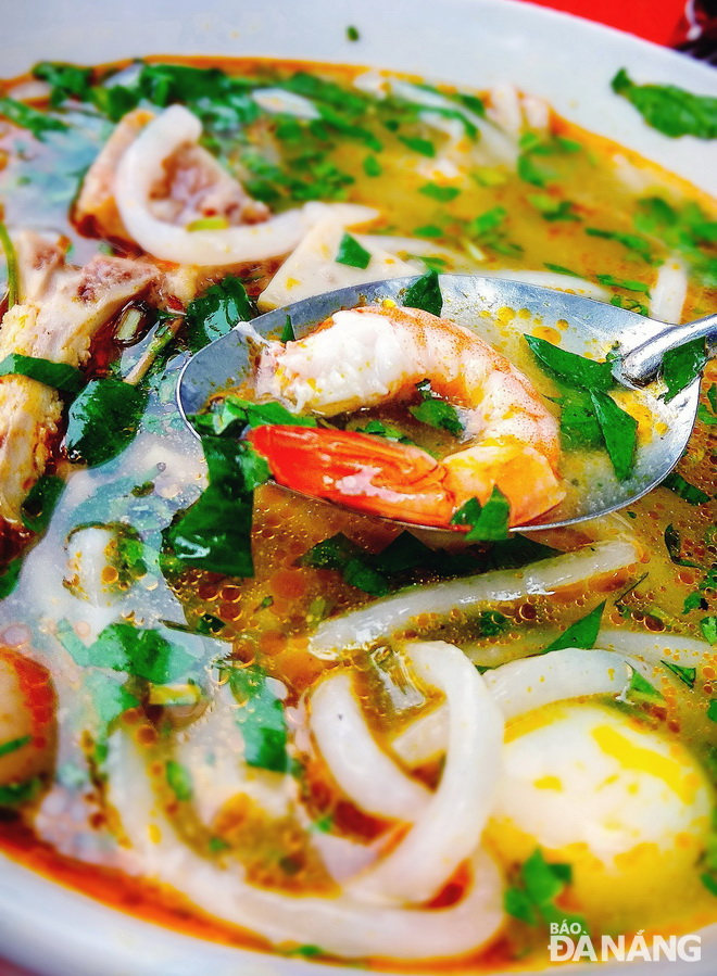 Shrimps, crabs and other types of seafood add more sweet taste to 'banh canh'