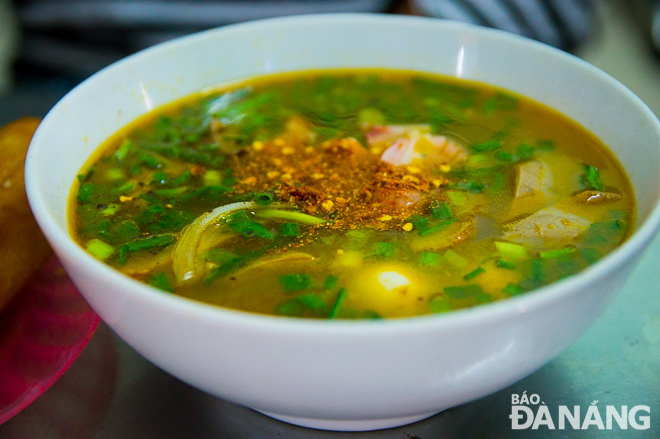 Little lemon juice, thinly-slice onions and chili power make 'banh canh' more tasteful
