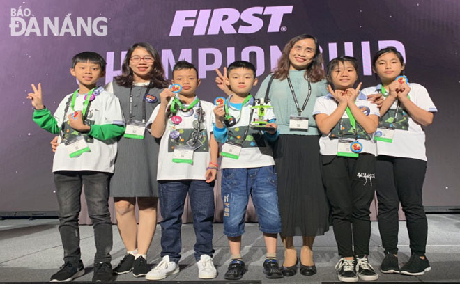 A team of pupils from the Da Nang-based Phu Dong Primary School at the First Lego League Championship 2019 in the USA