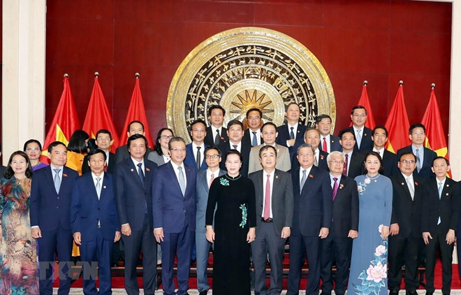 National Assembly Chairwoman Nguyen Thi Kim Ngan (black long dress) and representatives of the Vietnamese community in China (Source: VNA)
