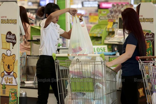 Giant retailers, plastic manufacturing titans, and department stores in Thailand have reached an agreement to stop handing out single-use plastic bags to customers starting early next year. (Source: bangkokpost.com)