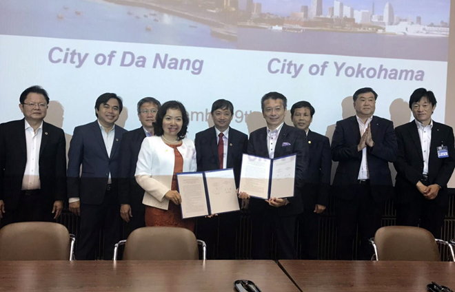 Leaders of Da Nang and Yokohama authorities witnessing the signing ceremonies of cooperative agreements between departments and agencies of the two sides