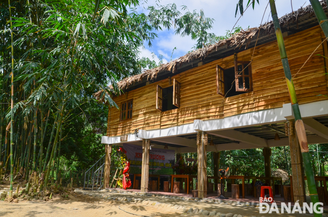 Designed as traditional houses of the Co Tu ethnic people, the homestay matches with the natural landscape of Hoa Bac mountainous commune. The ground floor is a resting place for visitors, whilst the first floor provides bedrooms for nearly 20 people.
