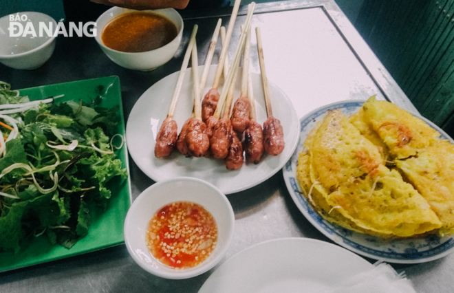 'Nem lui' is often sold with 'banh xeo' (sizzling crepe with shrimp and pork filling), 'bun thit nuong' (vermicelli noodles with grilled pork), and 'bo nuong la lot' (grilled beef with piper lolot leaves). These are popular dishes visitors can't miss when in Da Nang.