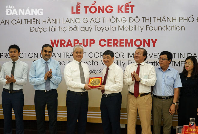 Vice Chairman Dung (4th right) presenting a momento to General Secretary of TMF Shin Aoyama
