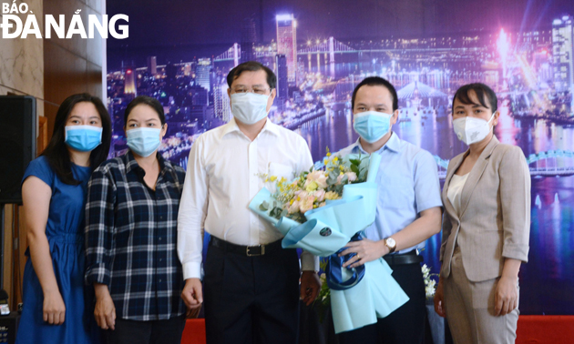 Chairman Tho (centre) biding a farewell to Hai Phong City-dispatched medical workers
