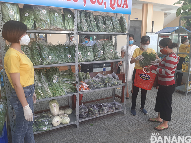Visitors at the charity food fair in Hai Chau District's Phuoc Ninh Ward