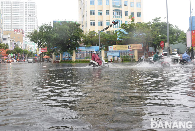 The intersection of Nguyen Van Linh and Le Dinh Ly being heavily submerged in water on Wednesday