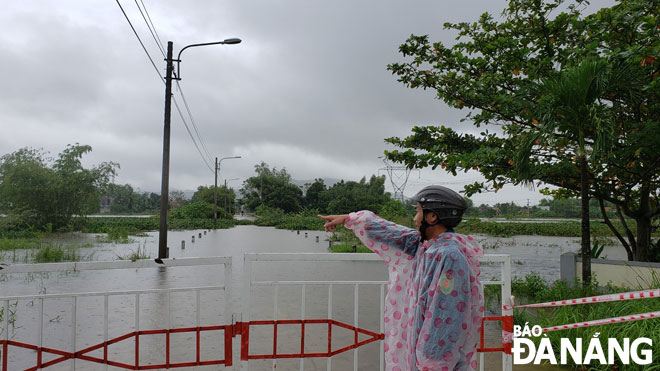 Barricades built to prevent the entry to flooded areas in Hoa Vang District's Hoa Phong Commune