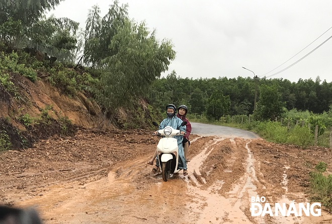 Cascading soil and rocks blocking a road connecting Hoa Lien Commune with Hoa Bac Commune, making travelling more difficult