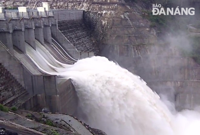 The Song Bung 4 hydropower reservoir on the upstream of the Vu Gia River has started releasing floodwaters from its spillways since 6.00am today.