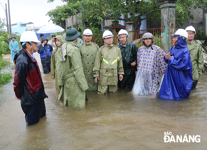 Da Nang Party Committee Deputy Secretary Nguyen Van Quang (5th from right), accompanied by municipal People's Committee Vice Chairman Ho Ky Minh (6th from right),  instructing rapid response to flooding in Trung Son Village, Hoa Lien Commune, Hoa Vang District