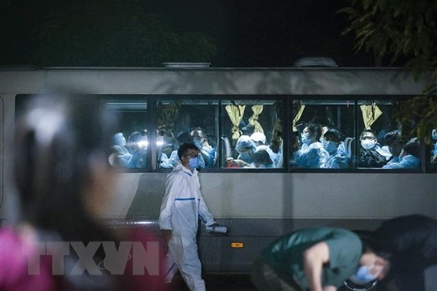 A coach taking newly arriving passengers to quarantine facilities (Photo: VNA)