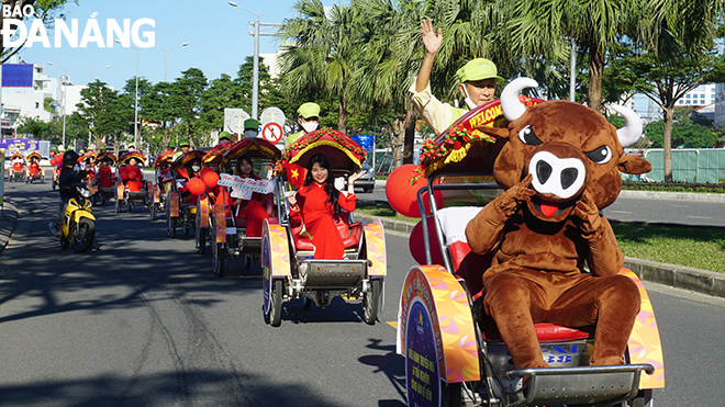 The parade of the cyclos aims to publicise the ongoing 'Da Nang Welcomes in New Year 2021' Festival