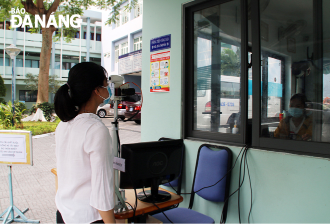 A remote body temperature monitoring device is placed at the main gate of the University of Da Nang