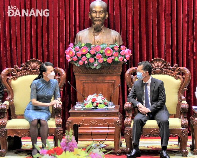 Da Nang Party Committee Secretary Nguyen Van Quang (right) plays host to Ms Dong Bi You, the new Chinese Consul General in Da Nang, on April 22.