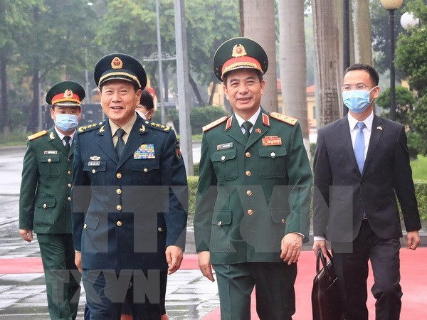 Vietnamese Minister of National Defence Sen. Lieut. Gen. Phan Van Giang (front, right) welcomes Chinese State Councillor and Minister of National Defence Sen. Lieut. Gen. Wei Fenghe (front, left) in Hanoi on April 25. (Photo: VNA)